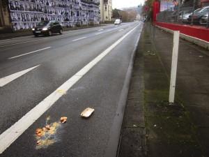 packung_eier_zerschagen_auf_strasse_asphalt