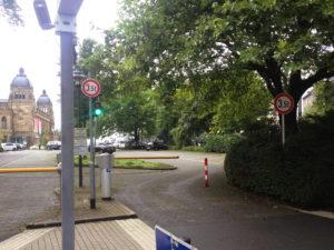 Schranken vor dem Parkplatz bei der historischen Stadthalle