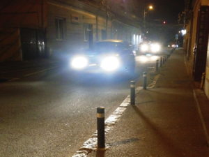 In schmaler Straße entgegenkommende Fahrzeuge