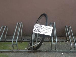 qr_code_guerilla_fahrradstaender_wuppertal_hbf_seit_2_jahren_vorderrad