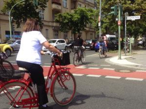 Fahhradfahrer überqueren auf Fahrradfurt