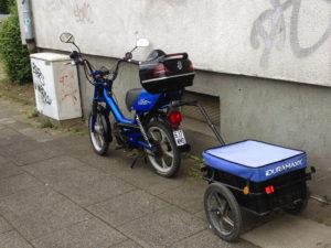 /roller_mit_angehangenen_anhaenger_und_merceds-heck_top-case