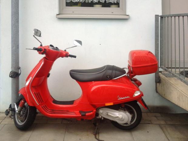 rote_vespa_abgesteller_motorroller