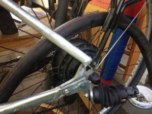 Fahrradschlauch zwischen Laufrad und Rahmen
