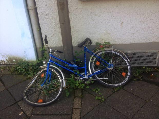 Halb liegendes Fahrrad mit verbogenen Vorderrad
