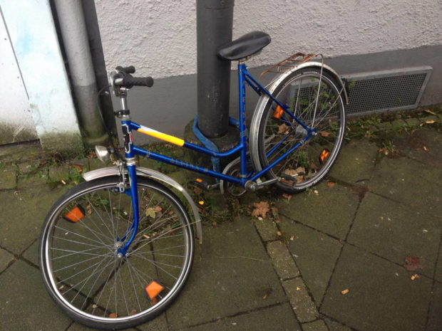 Fahrrad mit Abholhinweis am Rahmen