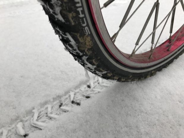Reifenspuren im Neuschnee