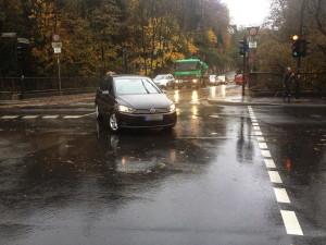 sonnborner_ufer_rutenbecker_weg_auto_mitten_auf_fahrbahn