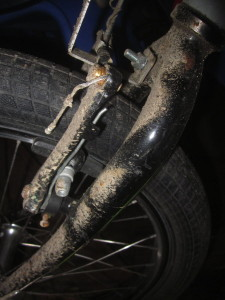 Missing mudguard on sandy road coating
