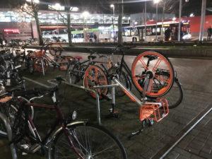 Umgedrehtes Leihfahrrad am Bahnhof