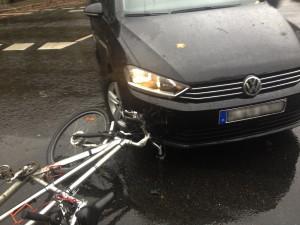 unfall_fahrrad_tandem_gegen_schwarzes_auto