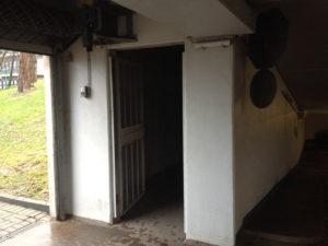 Offene Tür zu einem ansonsten verschlossenen Raum