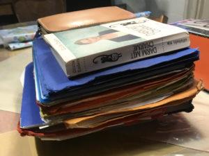 Schulhefte, Bücher und Federmappe auf einem Haufen