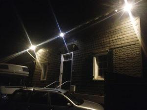 Verschieferte Hausfassade mit Beleuchtung