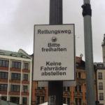 viktualienmarkt_muenchen_schild-rettungsweg-bitte-freihalten-keine-fahrraeder-abstellen