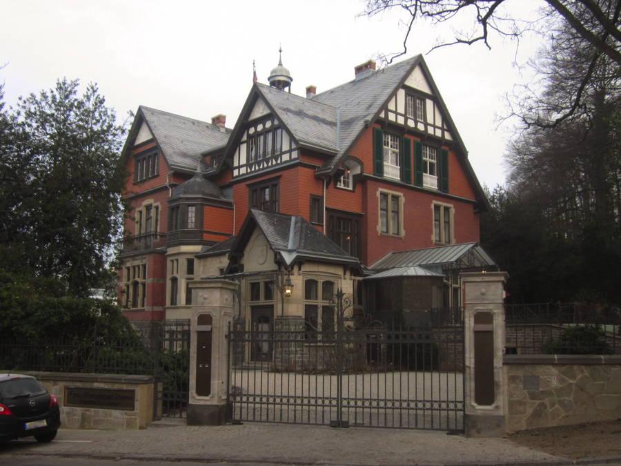 Villa mit Biberschwanz-Schindeln in vertikaler Montage