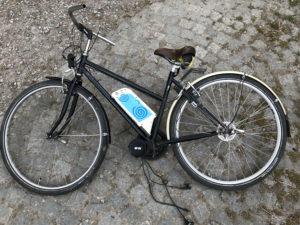 Auf dem Boden liegendes Fahrrad