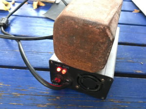 Ladegeät mit aufgelegtem Metallblock