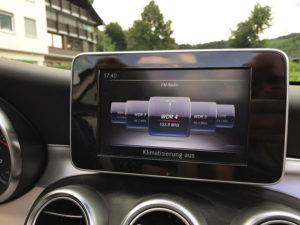 Häßlicher, Infomüll präsentierender Bildschirm, der so gar nicht in ein Auto passt, sondern wie ein Fremdkörper wirkt.