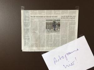 Zeitungsartikel mit Tesa-Film befestigt